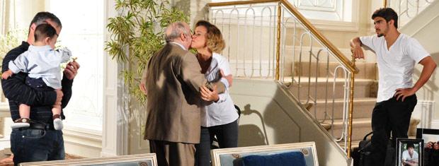 Edgar encontra Giancarlo em sua casa e se decepciona ao saber que Renato está com Marcela no Rio