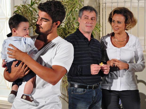 Edgar segura Paulinho no colo e é observado pelos pais