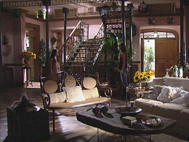 Manuela e Estela se enfrentam na sala da casa de Solano