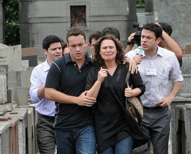 Jornalistas cercam Sueli no enterro de seu irmão Jonas