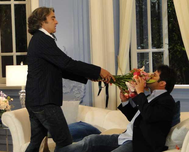 Ari e Jacques disputam a companhia de Jaqueline