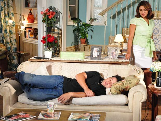 Ari acaba dormindo no sofá da casa de Marta
