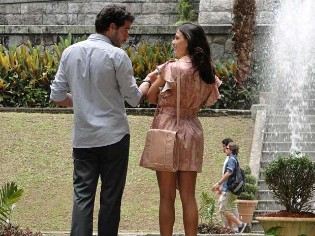 O casal se aproxima durante visita no Parque Lage, no Rio de Janeiro