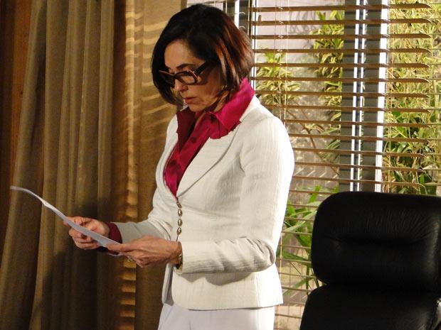 Rebeca lê em voz alta o resultado e fica decepcionada ao saber que Armandinho é da família