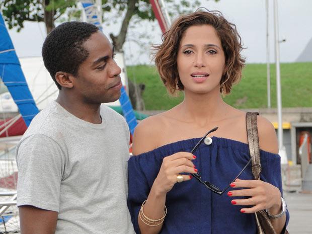 André admira a expressão atônita da bela Carol