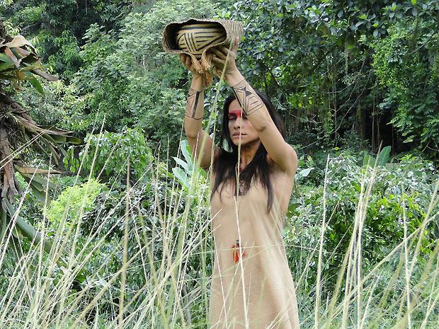 Em transe, Estela levanta a vasilha com as cinzas da camisa de Solano