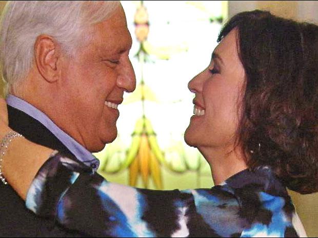 Raul e Wanda dançam após jantar romântico