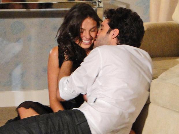 Juntos, Marcela e Renato se divertem