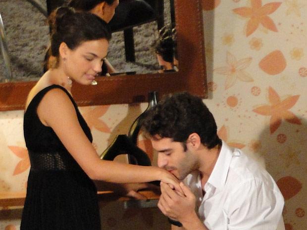Conquistador, Renato beija a mão da esposa