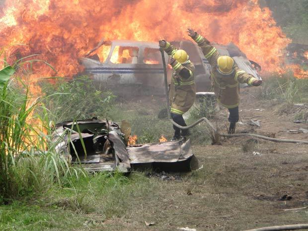 Bombeiros saltam para se proteger da explosão do avião