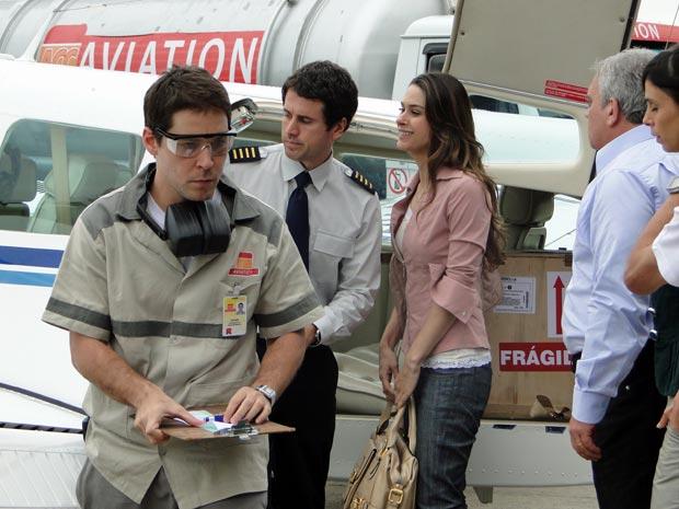 Confusão no embarque põe as vidas de Pedro (Eriberto Leão) e Luciana (Fernanda Machado) em risco