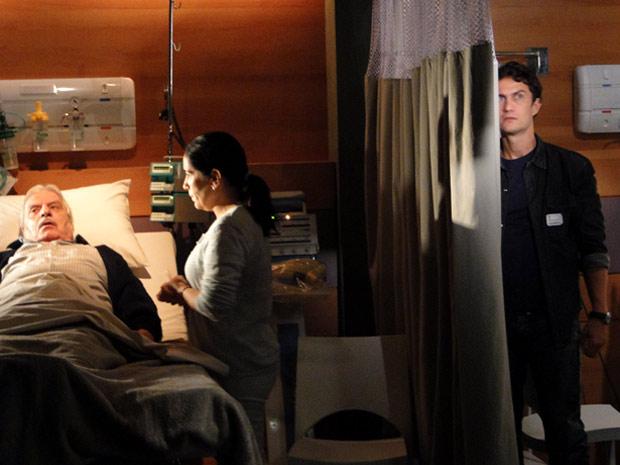 Léo ouve Silveira contando a Norma sobre sua fortuna escondida