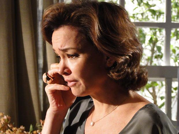 Apavorada, Amélia liga para Manuela com medo de Max
