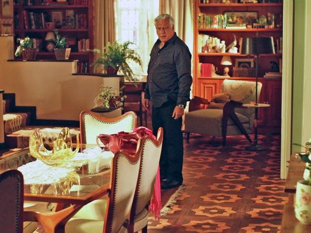 Raul (Antônio Fagundes) flagra Wanda (Natália do Vale) na cama com Umberto (José Wilker)
