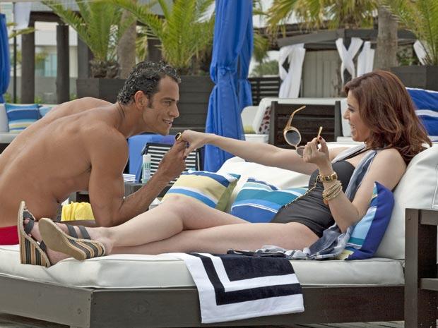 Felipe usa todo o seu charme para fisgar Bibi