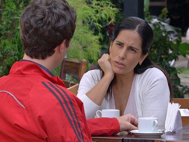 "Norma ouve atentamente as vida do falso ""Armando"""