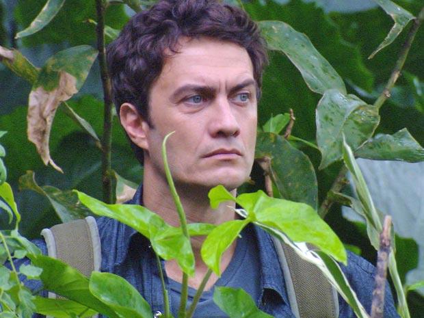 Léo tenta invadir a casa de Silveira e se esconde quando Norma chega