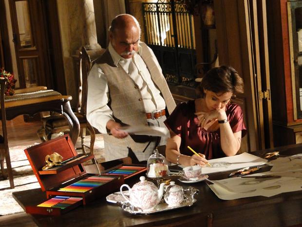 Max observa Amélia desenhando e critica a esposa