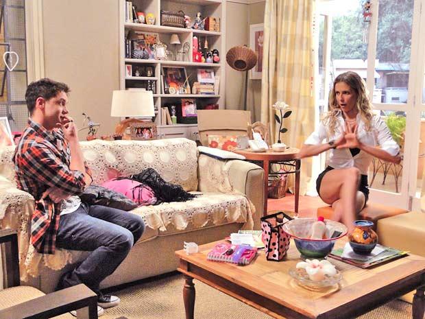 Natalie Lamour (Deborah Secco) decide posar nua para ressuscitar a carreira