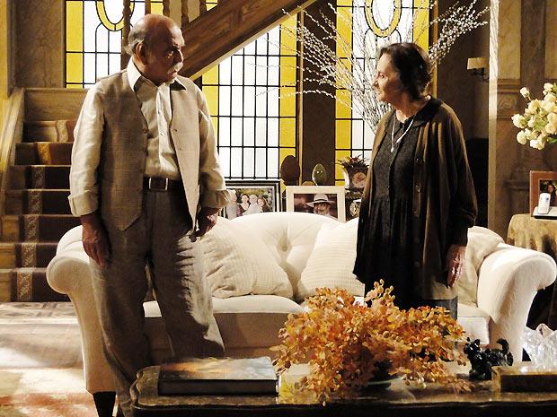 Mariquita chega à casa de Max e o ameaça para que ele deixe Solano em paz