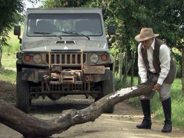 Max tenta desobstruir a estrada