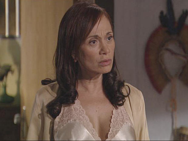 Pérola fica indignada em saber que a filha está de saliências com um homem casado