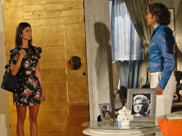 Amanda chega de surpresa à casa de Jacques e diz que ele é seu pai
