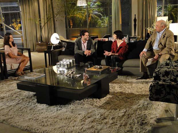 Marcela fica deslocada na presença de Isabel, ex-namorada de Renato