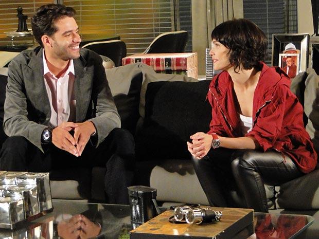 Renato conversa com Isabel e esquece de apresentar Marcela
