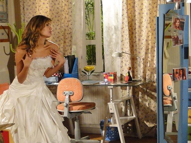 Vestida de noiva, Stéfany se olha no espelho e finge ser Desirée