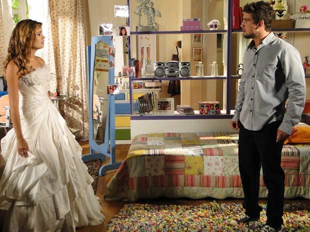 Jorgito vê Stéfany com o vestido de Desirée e fica revoltado