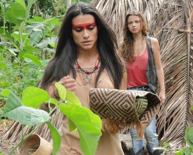 Estela sai da oca e Manuela pergunta o que ela fez