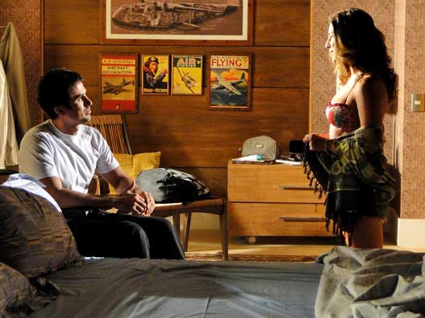 Irene chega toda animada para falar com Pedro