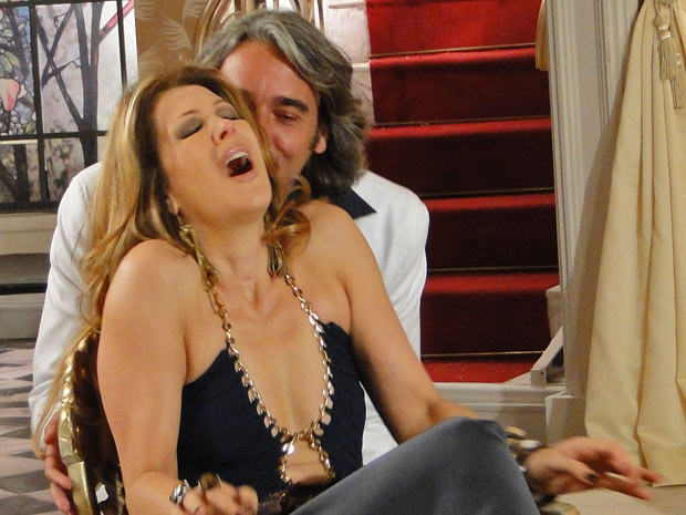 Jacques entra de surpresa no ateliê e mordisca a orelha de Jaqueline