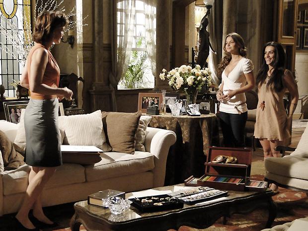 Manuela apresenta a terceira modelo para a coleção de Amélia: Estela