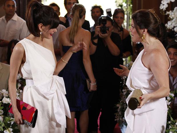 O plano de Jacques dá certo e Suelen chega com a cópia do vestido de Luiza Mariani