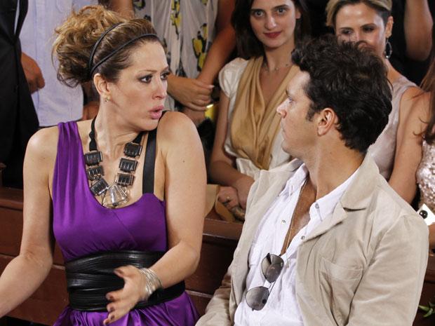 Jaqueline comenta com Thales que a cópia do vestido deve ser armação de Jacques