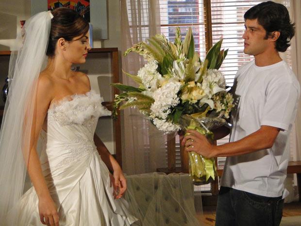 Antes de sedar a noiva de Jorgito, Armandinho chega com buquê de flores