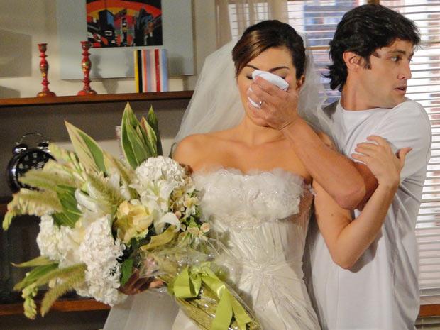 Armandinho coloca éter no rosto de Desirée e a sequestra
