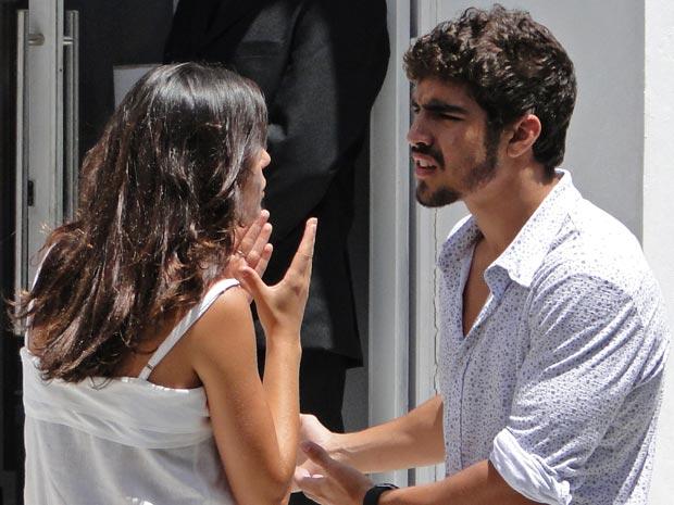 Luisa pede para Edgar ficar longe dela e de Paulinho