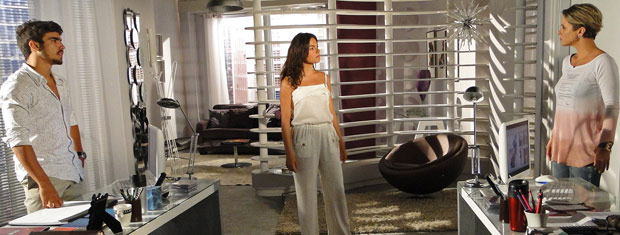Luisa é pressionada por Marcela e Edgar