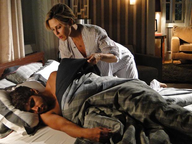 Luisa foge do quarto de Bruna e vai para a cama de Edgar
