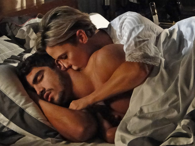Luisa se aproveita de Edgar no meio da noite