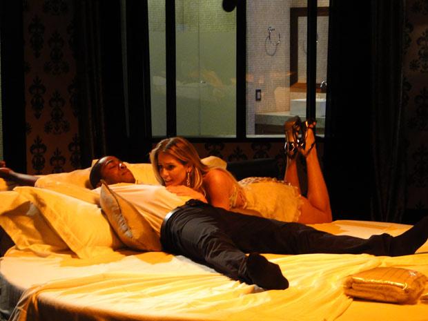 André leva Natalie ao motel