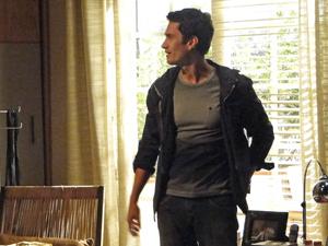 Raul (Antônio Fagundes) flagra Léo (Gabriel Braga Nunes) remexendo quarto de Pedro (Eriberto Leão) atrás da chave do apartamento