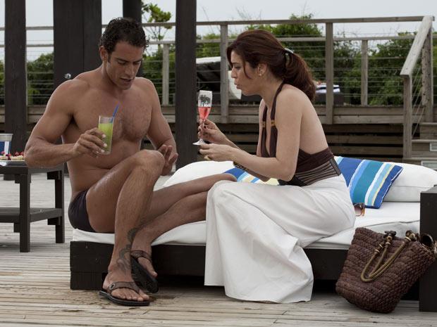 Bibi derruba bebida para distrair Felipe