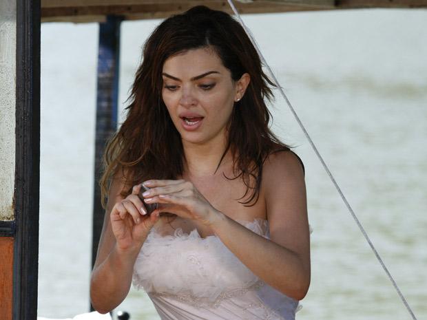 Desirée encontra o celular e liga para a mãe