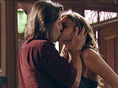Solano não resiste à prova de amor e a beija, apaixonadamente