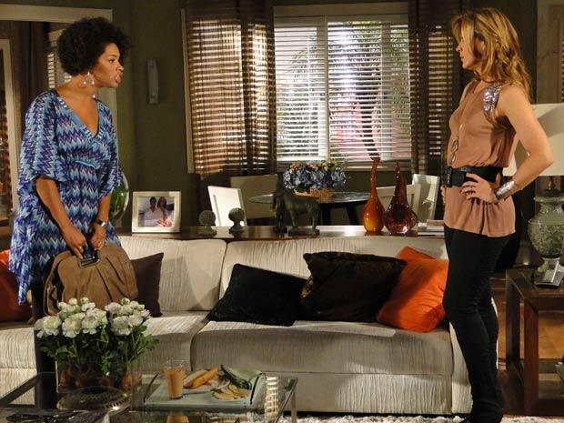 Clotilde entra na casa de Jaqueline e a acusa de dar em cima de Jacques