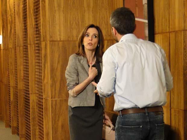 Eunice chega na empresa de Raul descontrolada